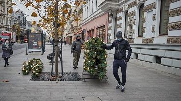 20.11.2020, ul. Piotrkowska w Łodzi. Montaż instalacji, która ma być ozdobą najważniejszej ulicy w mieście na Boże Narodzenie