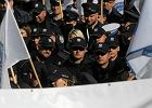 Morawiecki wywołał piekło. Budżetówka, skarbówka, mundurowi protestują przeciwko zablokowaniu im nagród