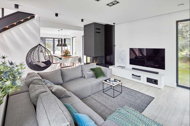 Dom jednorodzinny z minimalistycznym wystrojem otoczony zielenią