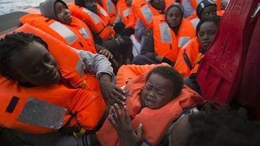 Migranci i uchodźcy w przepełnionej łódce na Morzu Śródziemnym, 3 lutego 2017 r.
