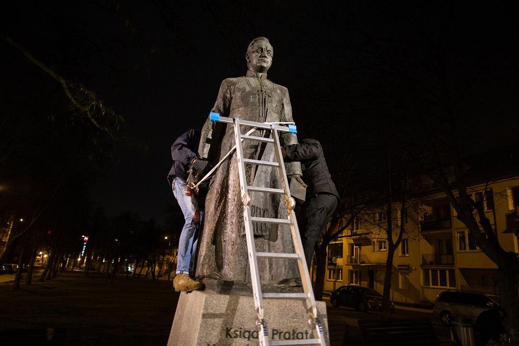 W nocy ze środy na czwartek obalono pomnik oskarżanego o pedofilię księdza Henryka Jankowskiego. Gdańsk, 21 lutego 2019