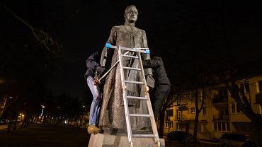 W nocy ze środy na czwartek obalono pomnik oskarżanego o pedofilię księdza Henryka Jankowskiego. Gdańsk, 21 lutego 2018