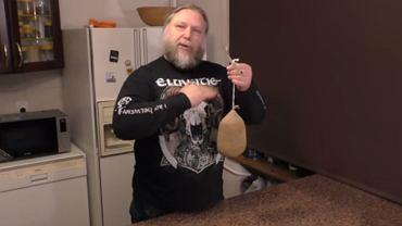 Przygotowywanie w domu wędzonych wędlin, czy ryb nie jest trudne - przekonuje Artur Nowicki (pasjonat tradycyjnej kuchni) na swoim kanale na Youtube - pt. 'Praktyka u Praktyka'