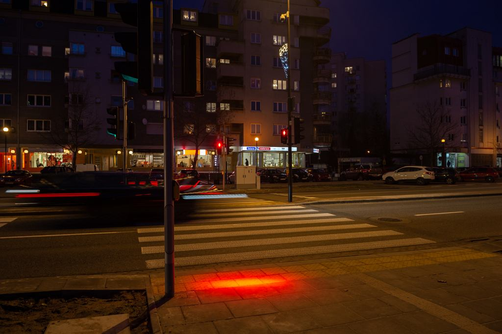 Przejście dla pieszych w Warszawie ze światłem dla zagapionych w telefony