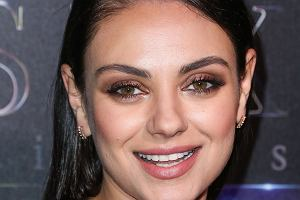 Mila Kunis to jedna z najpiękniejszych gwiazd w show-biznesie. Jeśli myśleliście, że to zasługa make-upu czy też innych tricków, to byliście w błędzie. Kilka dni temu aktorka została przyłapana przez paparazzi bez grama makijażu. W takiej wersji wygląda wręcz na sporo młodszą, prawda? Jak się okazuje, nie ona jedna chętnie pokazuje się bez makijażu.