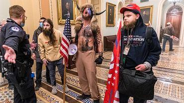 Jake Angeli czyli QAnon Shaman po wtargnięciu na Kapitol. Waszyngton, 6 stycznia 2021 r.