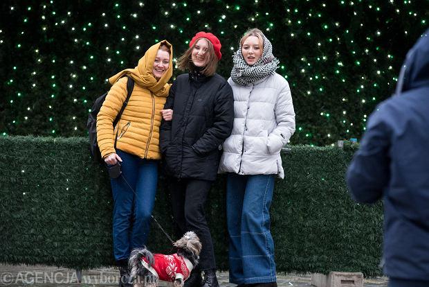 Zdjęcie numer 27 w galerii - Tłumy na Rynku we Wrocławiu. Spacery z jedzeniem na wynos i puszczanie baniek