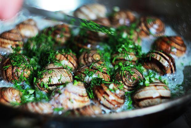 Ślimaki z masłem, czosnkiem i ziołami, znane jako ślimaki po burgundzku, to znany francuski przysmak