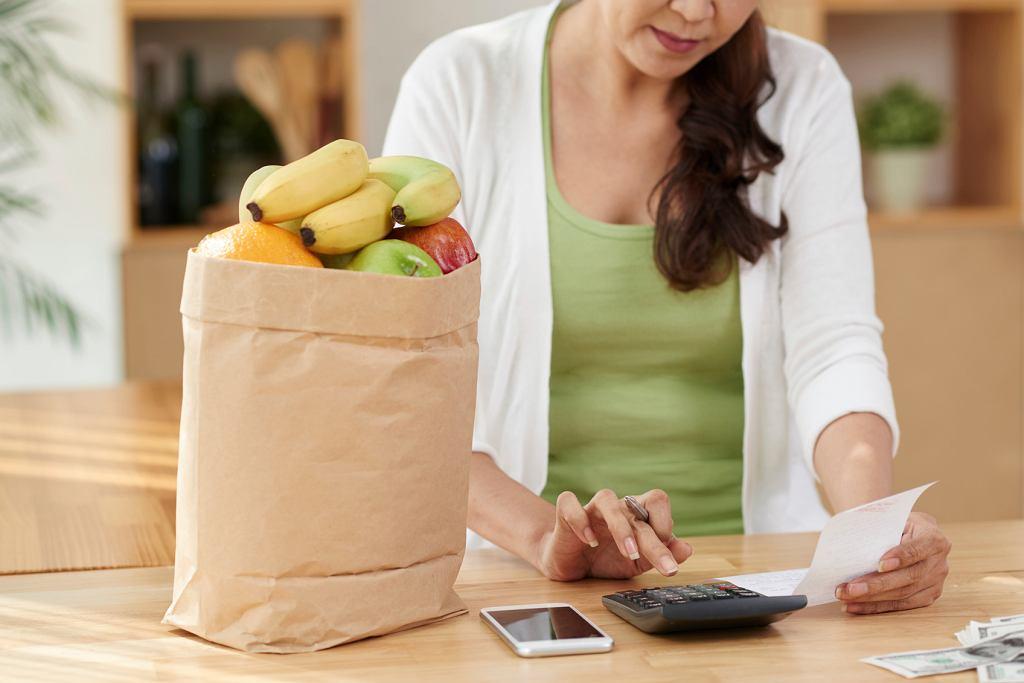 Jeśli rachunek za zakupy w internecie jest za wysoki, można zrezygnować z niektórych rzeczy. Przy kasie taka sytuacja może być stresująca (fot. istockphoto.com)