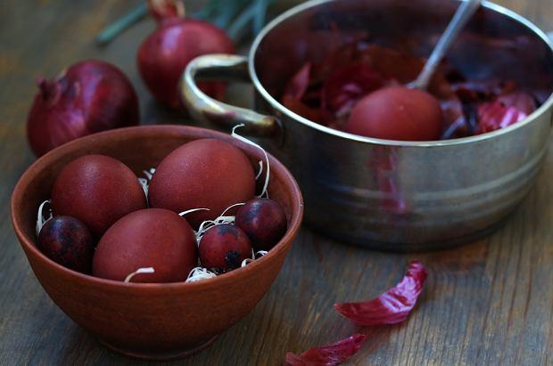 By jajka barwione cebulowymi łuskami miały intensywny kolor, wykorzystaj łupiny czerwonej cebuli
