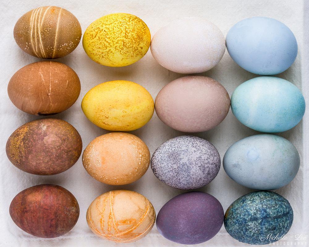 Naturalne barwniki do jajek znajdziesz bez trudu w swojej lodówce i szafkach