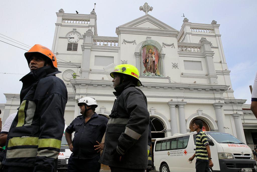 Co najmniej 50 osób zginęło a 280 zostało rannych wskutek serii eksplozji w kościołach i hotelach. Na zdjęciu: służby na miejscu wybuchu, Colombo, Sri Lanka, 21 kwietnia 2019