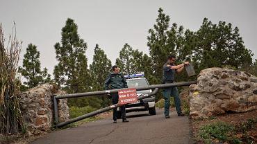 Teneryfa. Pracownicy służb biorących udział w akcji poszukiwawczej czekają na drodze do jaskini, w której znaleziono ciała 39-letniej Niemki i jej 10-letniego syna.
