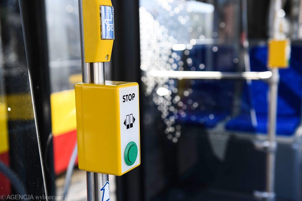 Przycisk do otwierania drzwi w autobusie