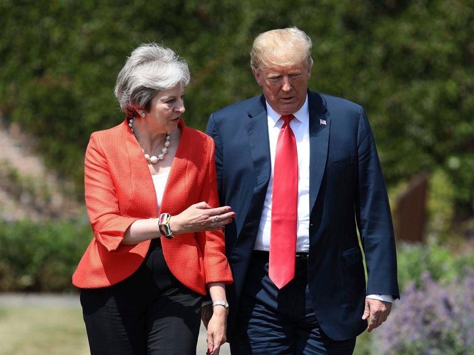 Brytyjska premier Theresa May i prezydent USA Donald Trump w drodze na konferencję prasową w Chequers