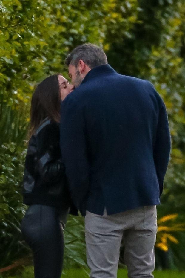 Ben Affleck i Ana De Armas na romantycznym spacerze