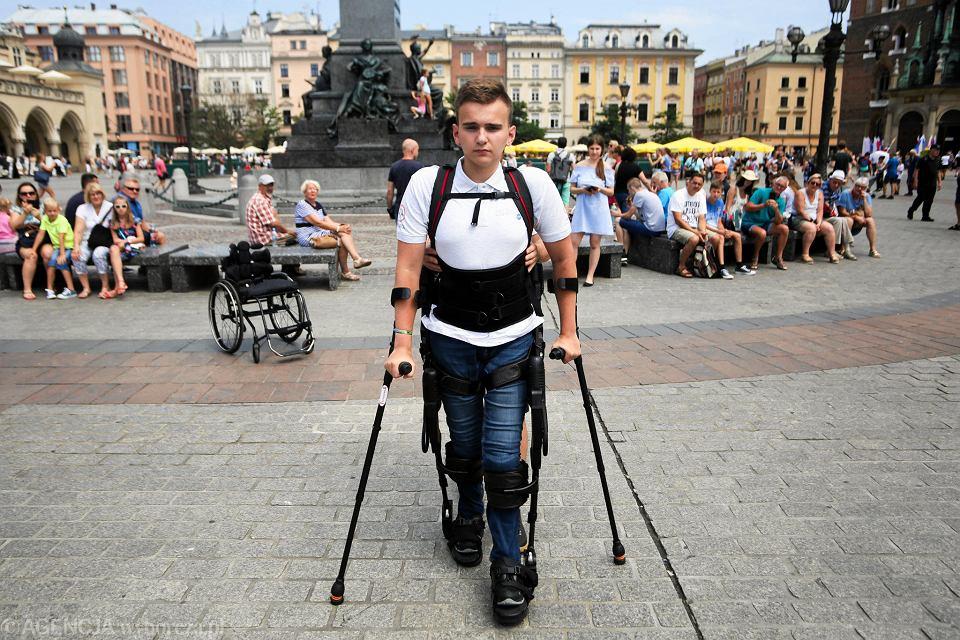 Zdjęcie numer 2 w galerii - Niepełnosprawny spacerował w egzoszkielecie po Rynku Głównym w Krakowie [ZDJĘCIA]