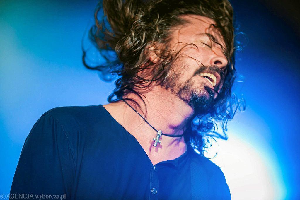 Dave Grohl, lider Foo Fighters, podczas koncertu na festiwalu Open'er w 2017 roku. teraz kilkanaście najlepszych koncertów festiwalu będzie można obejrzeć w ramach #openertakemethere