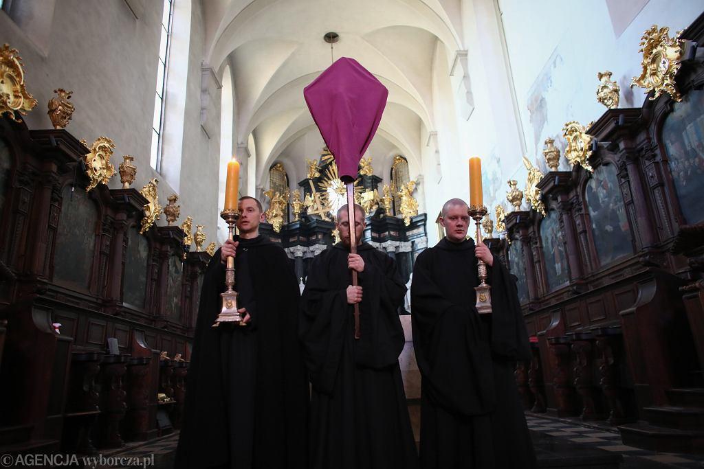 Krzyż zasłonięty kirem w Wielki Piątek.