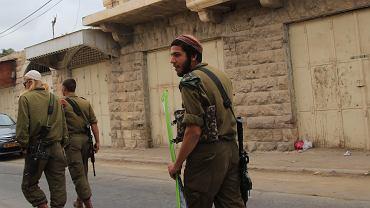 Izraelscy żołnierze w centrum Hebronu