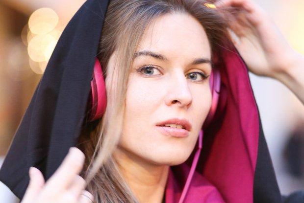 Słuchawki Sony 'h.ear on' i szalikokaptury RISK made in Warsaw. Na zdjęciu Klara Kowtun