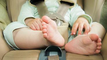 Zdajemy sobie sprawę, czym grozi zostawianie dziecka w nagrzanym samochodzie. W pokoju może być równie gorąco