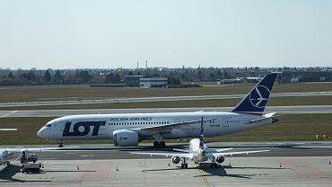 Pandemia koronawirusa. Samolot LOT-u na Okęciu. Warszawa, 1 kwietnia 2020