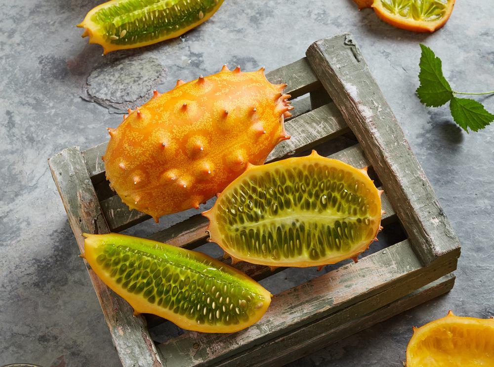 Kiwano, czyli tak naprawdę ogórek afrykański albo ogórek rogaty, to owoc rosnący w ciepłym klimacie. Zawiera on wiele cennych składników mineralnych oraz witamin.