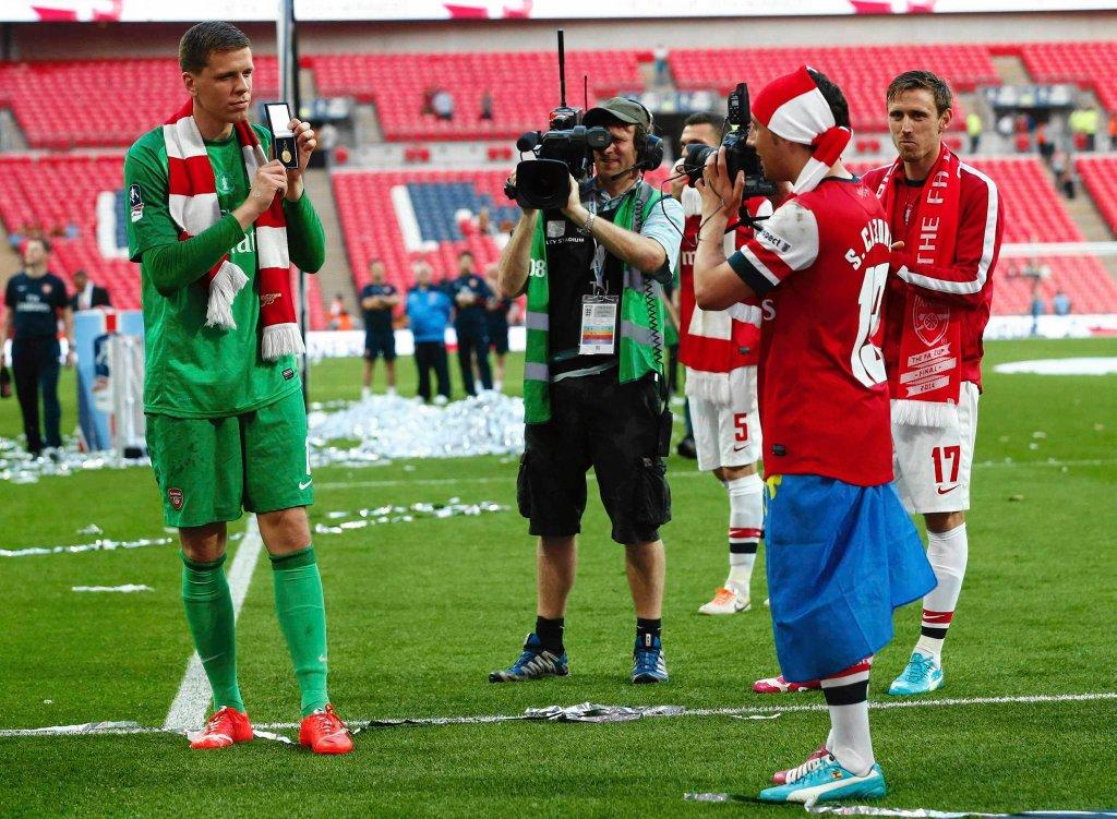 Santi Cazorla robi zdjęcie Wojciechowi Szczęsnemu