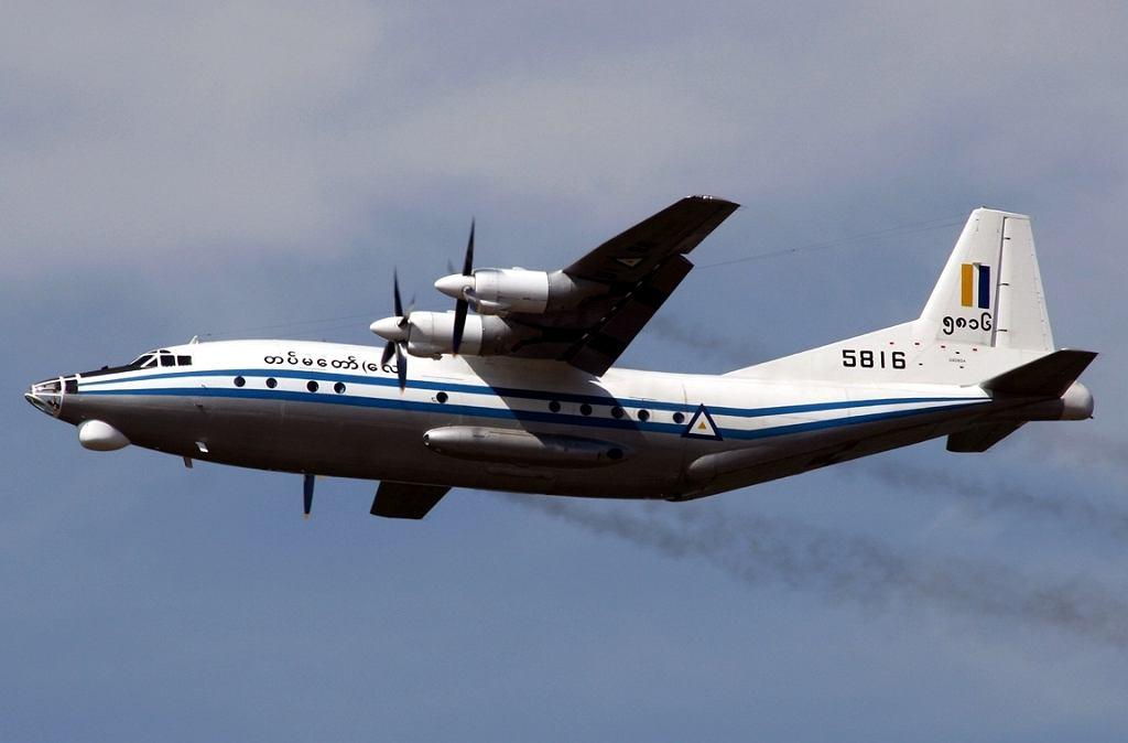 Samolot transportowy Shaanxi Y-8 birmańskich sił powietrznych