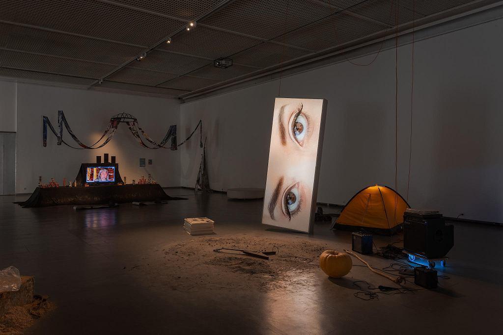 Dainius Liškevicius , Entropia/Che fare? , 2018 , performans i instalacja,wystawa 'Czekając na kolejne nadejście' / ANDREJ VASILENKO