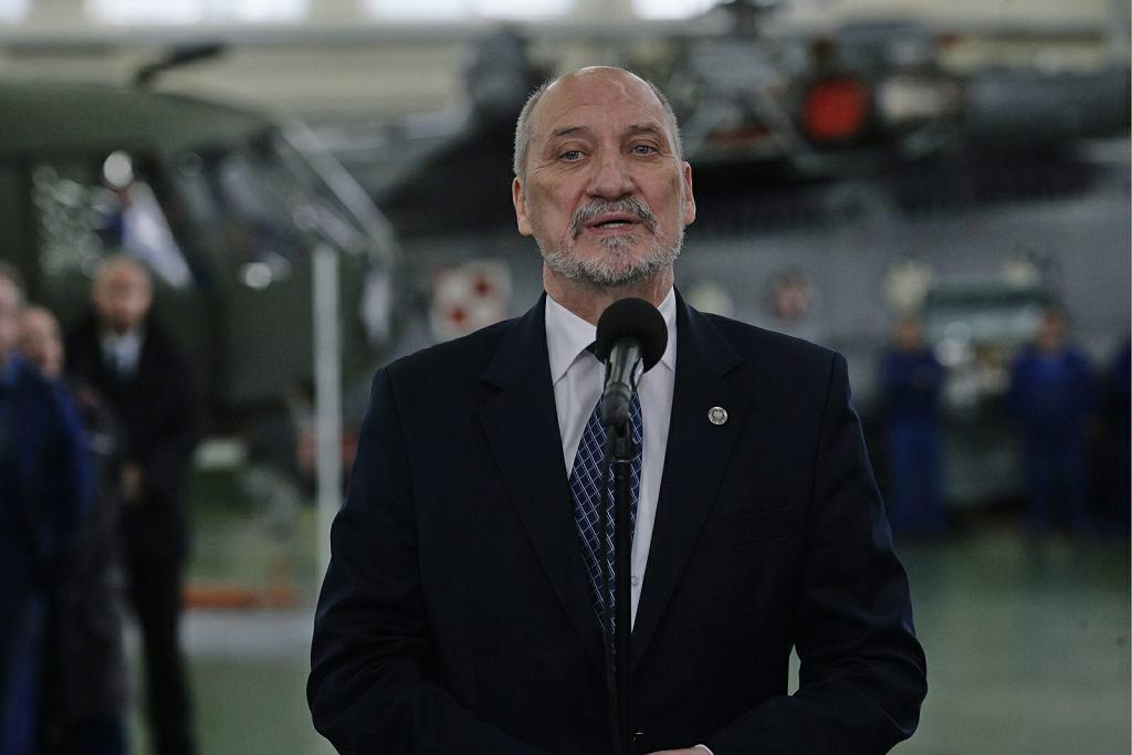 Antoni Macierewicz podczas wizyty w Wojskowych Zakładach Lotniczych w Łodzi