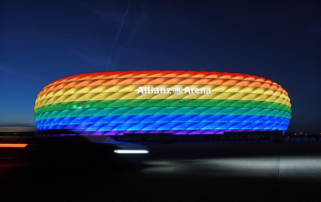 Podświetlony na tęczowo stadion w Monachium, 9 lipca 2016 r.