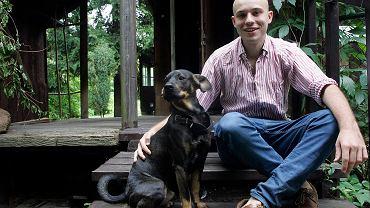 Jan Śpiewak z warszawskiego stowarzyszenia Miasto jest nasze z psem Wroną