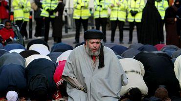 Imam Abu Hamza al-Masri prowadzi modlitwę przed budynkiem więzienia w Londynie