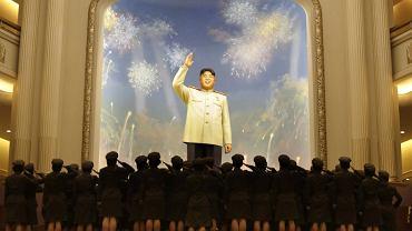 Kobiety należące do koreańskiej armii salutują posągowi Kim Dzong Una
