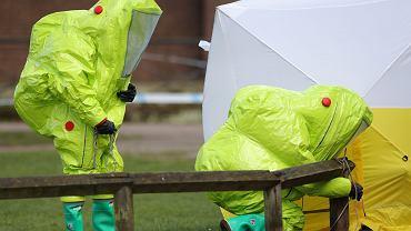 Oficerowie śledczy w parku w Salisbury, gdzie otruto Siergieja Skripala i jego córkę Julię. Specjalny namiotem okrywa ławkę, na której dokonano zbrodni. 8 marca 2018 r.