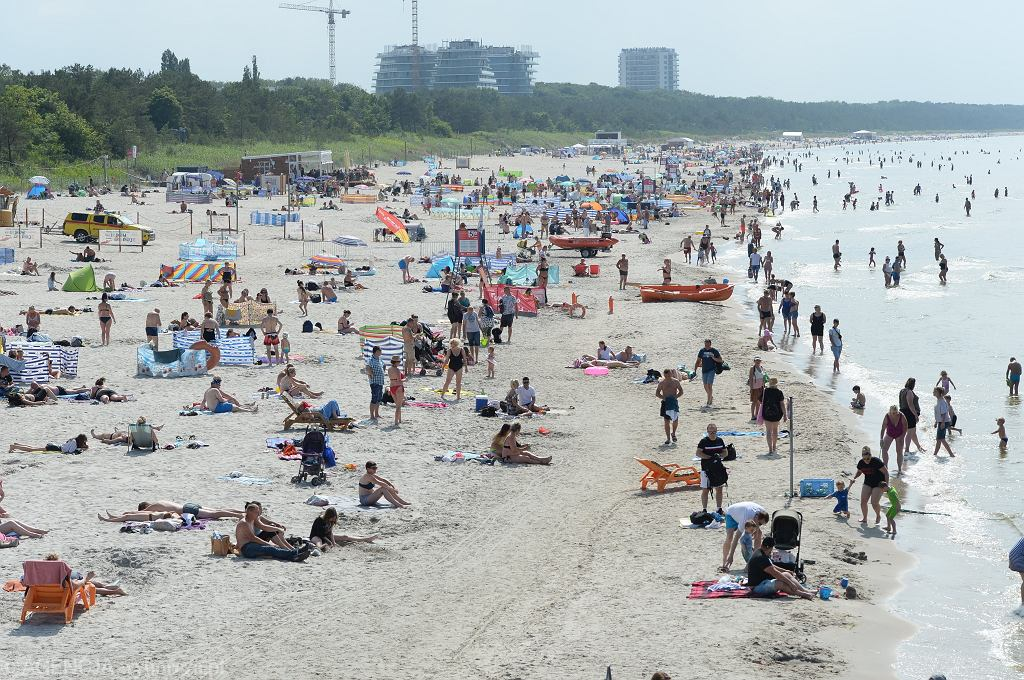 Co denerwuje mieszkańców nadmorskich kurortów? Turyści z gołymi brzuchami, hałas, śmieci i parawany na plaży