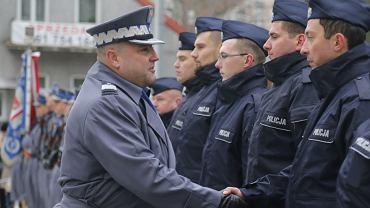 Komendant Wojewódzki Policji w Białymstoku Daniel Kołnierowicz podczas uroczystego apelu w Białymstoku