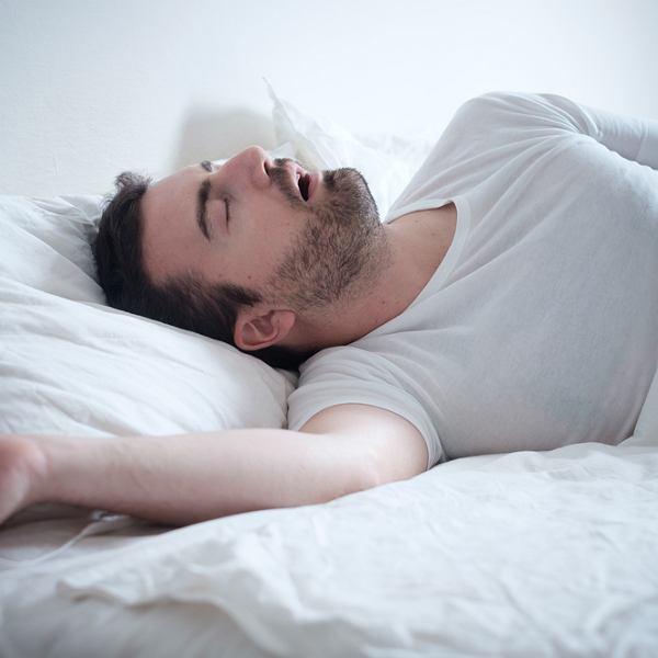 Chrapanie to problem zdrowotny, który występuje częściej u mężczyzn niż u kobiet