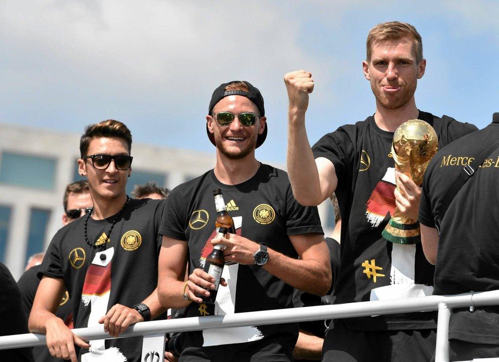 Mesut Oezil, Benedikt Hoewedes i Per Mertesacker z Pucharem Świata - mistrzowie jadą z lotniska pod Bramę Brandenburską