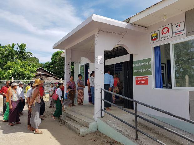 Zbudowana przez Polską Misję Medyczną przychodnia we wsi w Delcie Irawadi