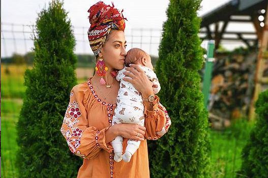 Maja Hyży w lipcu powitała na świecie córkę. Niedawno zabrała ją na spacer wśród zieleni. Na Instagramowym zdjęciu widzimy mamę w modnym dresie tie-dye, a także Antosię śpiącą w kwiatowym wózku.