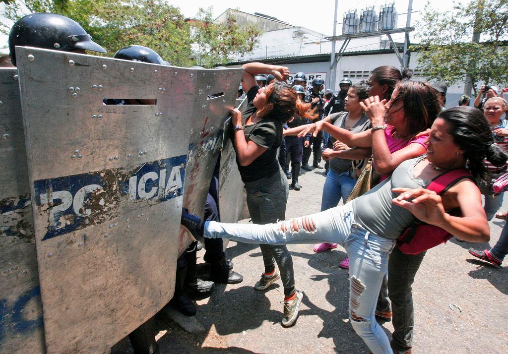 Rodziny czekają na informacje o ofiarach pożaru w areszcie w Wenezueli
