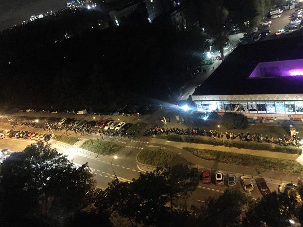Dzień przed ogłoszeniem żółtej strefy w całym kraju. Tłum oczekujących przed warszawskim stadionen Syrenka, gdzie miał wystąpić 'Kult'.