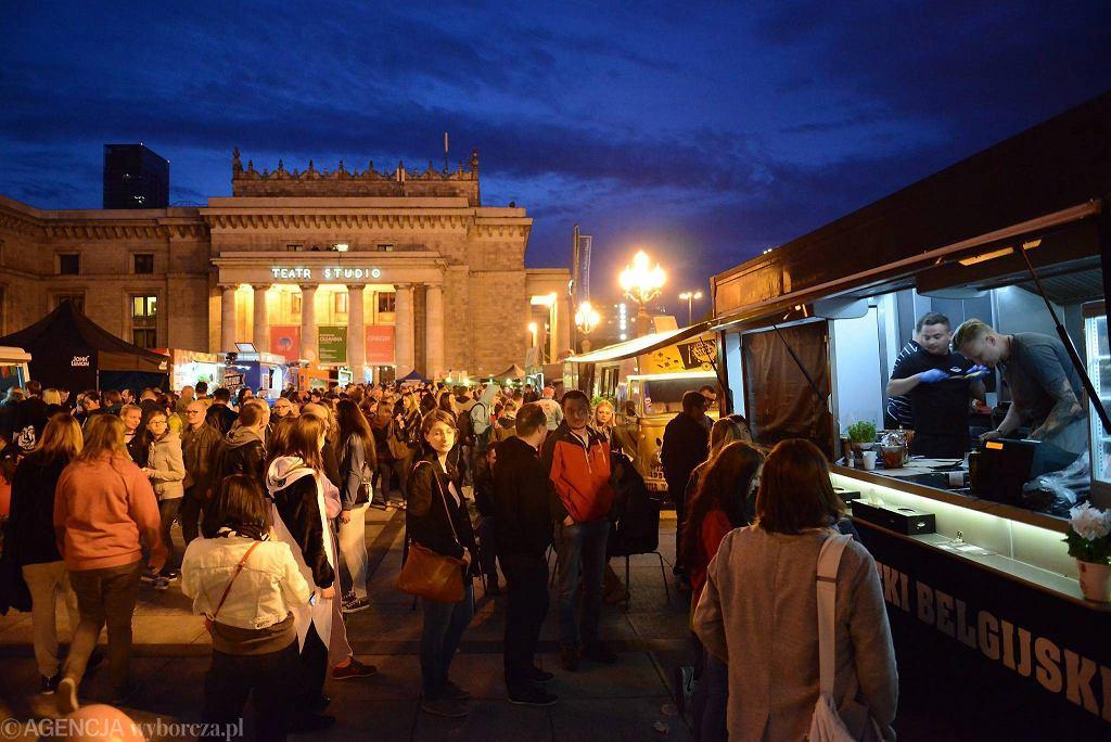Uliczne jedzenie w Warszawie to już nie tylko kebab. Na zdjęciu atrakcje kulinarne podczas zlotu food trucków Żarcie Na Kółkach w trakcie Nocy Muzeów 2015 r.