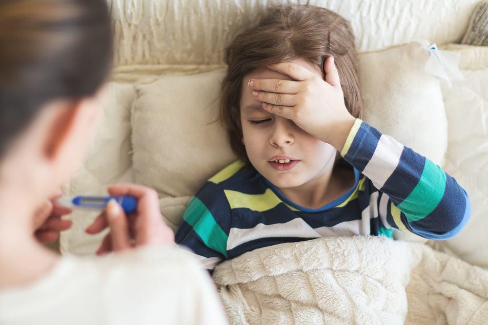Przeziębienie u dzieci objawia się w podobny sposób jak u dorosłych, czyli osłabieniem, bólem głowy, mięśni i stawów. U dzieci jednak często pojawia się także wysoka gorączka i utrata apetytu