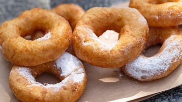 Oponki to ciastka, które każdy z nas pamięta z dzieciństwa. Sposobem przygotowania i smakiem przypominają pączki