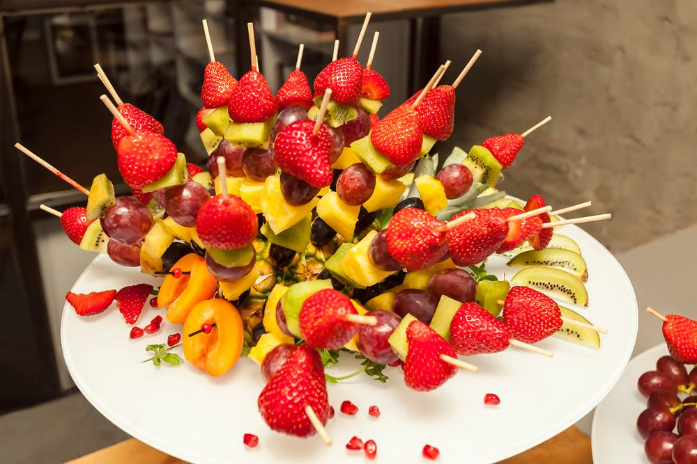 Koreczki owocowe dla dzieci oraz kapryśnych dorosłych to doskonała okazja, by przemycić większą ilość owoców w diecie