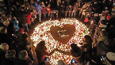 Serce dla Pawła Adamowicza na placu Wolności w Poznaniu